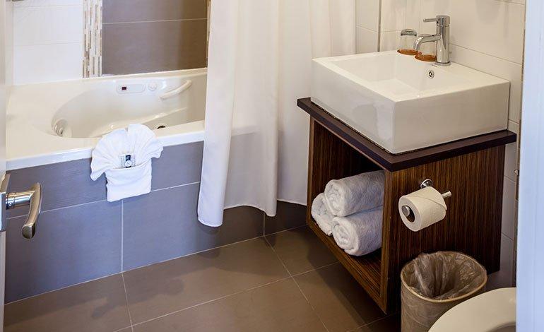 Luxury-Suite-Bathroom